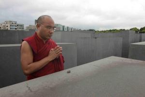 Gyalwang Karmapa Orgyen Trinley Dorje besucht das Holocaust-Monument 2014